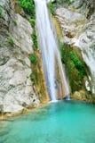 与一个小水池的纯净的干净的瀑布 免版税库存图片