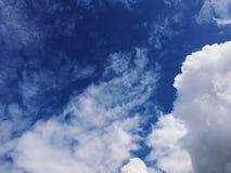 与一个小组的深蓝天空云彩背景照片 库存照片