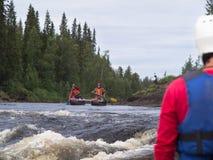 与一个小组的筏航行河的划船者 免版税库存照片