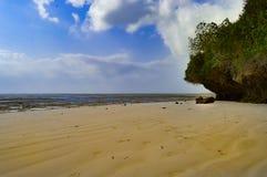与一个岩石的小小海湾在白色沙子 免版税库存照片