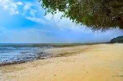 与一个岩石的小小海湾在白色沙子 免版税图库摄影
