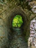 与一个岩石隧道的步行足迹在因齐格科芬附近 图库摄影