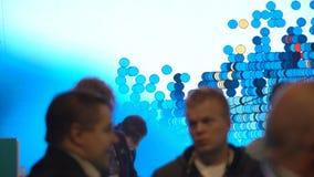 与一个巨大的广告屏幕的西门子立场在企业论坛 股票录像