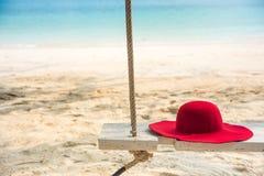 与一个帽子的木摇摆在热带海滩为夏天和假期 库存照片