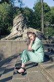 与一个年轻金发碧眼的女人的春天步行 库存照片
