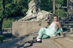 与一个年轻金发碧眼的女人的春天步行 免版税库存照片