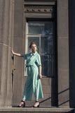 与一个年轻金发碧眼的女人的春天步行 库存图片