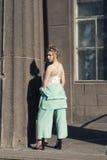 与一个年轻金发碧眼的女人的春天步行 图库摄影