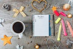 与一个开放笔记本和一杯咖啡的圣诞装饰 免版税库存图片