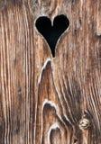 与一个心形的孔的老木门 免版税库存照片