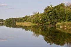 与一个惊人的湖和森林的明信片 免版税库存图片