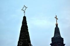 与一个教会的Cristmas树在背景中 库存照片