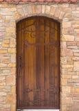 与一个散布的伪造的铁框架的一个老中世纪木门 库存图片
