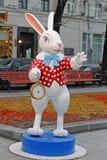 与一个时钟的白色兔子从在妙境`的`阿丽斯在节日`旅途的Tverskoy大道到圣诞节`在莫斯科 库存照片