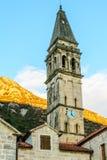 与一个时钟的高耸在老镇Perast, Montene 免版税图库摄影
