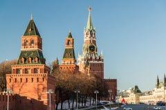 与一个时钟的Spasskaya塔在克里姆林宫,俄罗斯 库存照片