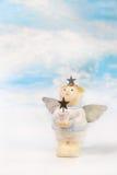 与一个星的逗人喜爱的圣诞节天使在他的手上 greeti的想法 免版税库存照片