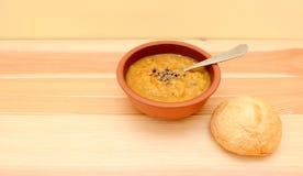 与一个有壳的小圆面包的调味扁豆汤 库存图片
