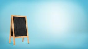 与一个木制框架的一个空白的黑板立场在蓝色背景 库存照片