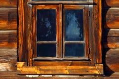与一个木太阳窗帘的窗口 冷淡的模式 免版税库存照片