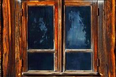 与一个木太阳窗帘的窗口 冷淡的模式 免版税库存图片