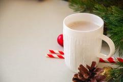 与一个杯子的圣诞节背景拿铁,杉树分支,骗局 免版税库存照片