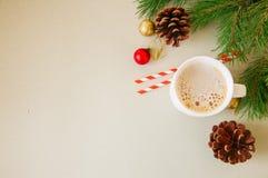 与一个杯子的圣诞节背景拿铁,杉树分支,骗局 库存图片