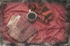 与一个杯子的女性袜子coffe通过窗口冬天 库存图片