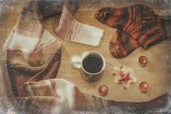 与一个杯子的女性袜子coffe通过窗口冬天 免版税库存图片