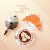 与一个杯子的意大利早餐热奶咖啡,新月形面包 库存例证