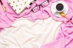 与一个杯子的美好的flatlay安排与匙子,玻璃的无奶咖啡,加点了计划者和笔在床上 免版税库存照片