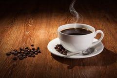 与一个杯子的静物画无奶咖啡和烤咖啡豆 库存图片