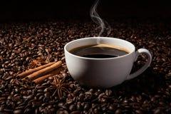 与一个杯子的静物画无奶咖啡和烤咖啡豆 免版税图库摄影