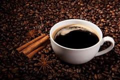 与一个杯子的静物画无奶咖啡和烤咖啡豆 免版税库存图片
