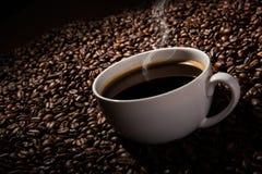 与一个杯子的静物画无奶咖啡和烤咖啡豆 库存照片