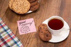 与一个杯子的Stilllife在木桌上的红茶 免版税图库摄影