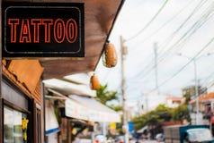 与一个标志的纹身花刺在街道上 免版税图库摄影