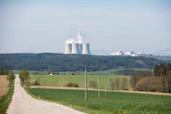 与一个核电站的风景天际的 库存图片