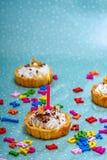 与一个桃红色灼烧的蜡烛的一块欢乐甜杯形蛋糕 免版税库存照片