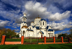 与一个正统寺庙的秋天风景 免版税库存照片