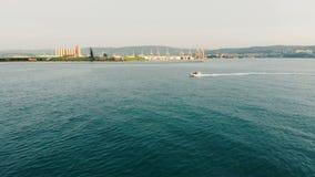 与一个汽艇航行的海岸线风景沿它 影视素材