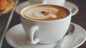 与一个法兰西卷的热奶咖啡早餐 免版税库存图片