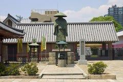 与一个法规的古庙大厦在它前面 免版税图库摄影
