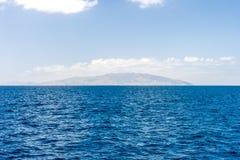 与一个海岛的海视图背景的 免版税库存照片