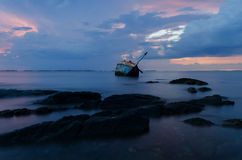 与一个海难的晚上光海上 库存图片