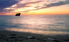 与一个海难的浪漫日落在开普梅 库存照片