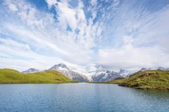 与一个湖和云彩的一个不可思议的风景在山 免版税库存图片