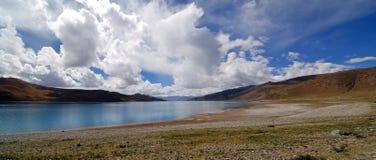 与一个湖的风景在西藏 免版税库存照片