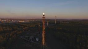 与一个火炬的一个塔在森林中的一个炼油厂日落的 鸟瞰图 股票录像