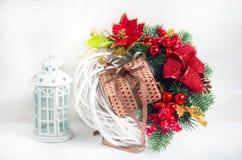 与一个灯笼和一个礼物盒的圣诞节花圈在holi前 库存照片